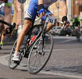 Vicenza VI, Italien - April 12, 2015: cyklister på att springa cyklar Royaltyfri Bild