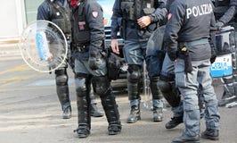Vicenza VI, Italien - Januari 28, 2017: Den italienska polisen ställer till upplopp truppen Royaltyfria Foton