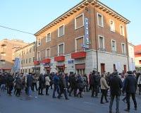 Vicenza (VI) Italien 1st Januari 2016 Fredmars längs stren Arkivbild