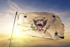 Vicepresident av tyget för torkduk för Förenta staternaflaggatextil som vinkar på den bästa soluppgångmistdimman arkivbilder