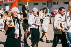 VICHUGA,俄罗斯- 2016年5月9日:不朽的军团-有他们的亲戚画象的人们,参加者在第二 免版税库存照片