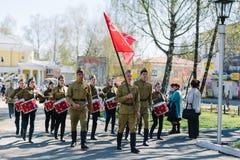 VICHUGA,俄罗斯- 2015年5月9日:以纪念胜利的游行在第二次世界大战,俄罗斯 免版税库存图片