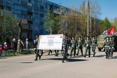 VICHUGA,俄罗斯- 2015年5月9日:以纪念胜利的游行在第二次世界大战,俄罗斯 库存图片