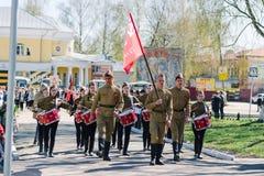 VICHUGA,俄罗斯- 2015年5月9日:以纪念胜利的游行在第二次世界大战,俄罗斯 库存照片