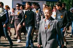VICHUGA,俄罗斯- 2016年5月9日:游行以纪念在第二次世界大战, 5月9日的胜利 免版税库存图片