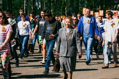 VICHUGA,俄罗斯- 2016年5月9日:游行以纪念在第二次世界大战, 5月9日的胜利 库存图片