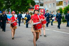 VICHUGA, ΡΩΣΙΑ - 24 ΙΟΥΝΊΟΥ 2017: Εορταστική πομπή των ανθρώπων στην οδό την ημέρα Vichuga Στοκ Εικόνες