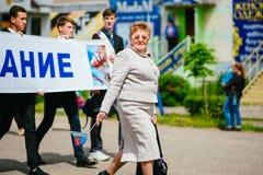 VICHUGA, ΡΩΣΙΑ - 24 ΙΟΥΝΊΟΥ 2017: Εορταστική πομπή των ανθρώπων στην οδό την ημέρα Vichuga Στοκ φωτογραφία με δικαίωμα ελεύθερης χρήσης