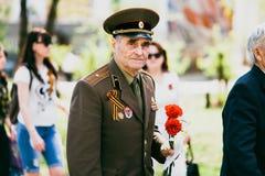 VICHUGA, RÚSSIA - 9 DE MAIO DE 2016: Um veterano da segunda guerra mundial na parada do dia da vitória em Rússia O março do imort Imagem de Stock