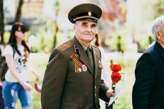 VICHUGA, RÚSSIA - 9 DE MAIO DE 2016: Um veterano da segunda guerra mundial na parada do dia da vitória em Rússia O março do imort Fotografia de Stock Royalty Free