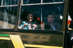 VICHUGA, RÚSSIA - 9 DE MAIO DE 2016: Um veterano da segunda guerra mundial na parada do dia da vitória em Rússia O março do imort Fotos de Stock Royalty Free