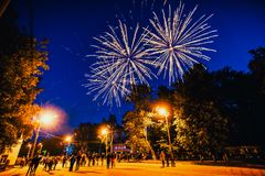 VICHUGA, RUSIA - 24 DE JUNIO DE 2017: Fuegos artificiales festivos y una muchedumbre de gente en el festival del día de Vichuga Imágenes de archivo libres de regalías