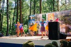 VICHUGA, RUSIA - 6 DE JUNIO DE 2015: La celebración de la ciudad de Vichuga en Rusia Los niños se realizan en trajes nacionales Foto de archivo