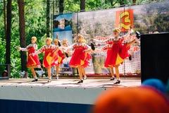 VICHUGA, RUSIA - 6 DE JUNIO DE 2015: La celebración de la ciudad de Vichuga en Rusia Los niños se realizan en trajes nacionales Imagenes de archivo