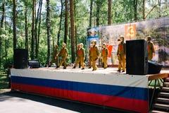 VICHUGA, RUSIA - 6 DE JUNIO DE 2015: La celebración de la ciudad de Vichuga en Rusia Los niños se realizan en trajes nacionales Fotos de archivo libres de regalías