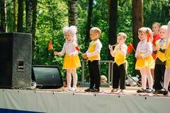 VICHUGA, RUSIA - 6 DE JUNIO DE 2015: La celebración de la ciudad de Vichuga en Rusia Los niños se realizan en trajes nacionales Fotografía de archivo