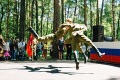 VICHUGA, RUSIA - 6 DE JUNIO DE 2015: La celebración de la ciudad de Vichuga en Rusia Los niños se realizan en trajes nacionales Imagen de archivo libre de regalías