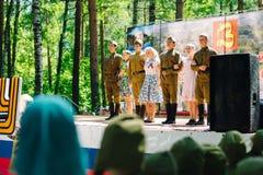 VICHUGA, RUSIA - 6 DE JUNIO DE 2015: La celebración de la ciudad de Vichuga en Rusia Los niños se realizan en trajes nacionales Fotos de archivo