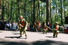 VICHUGA, RUSIA - 6 DE JUNIO DE 2015: La celebración de la ciudad de Vichuga en Rusia Los niños se realizan en trajes nacionales Imágenes de archivo libres de regalías