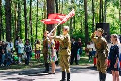 VICHUGA, RUSIA - 6 DE JUNIO DE 2015: La celebración de la ciudad de Vichuga en Rusia Los niños se realizan en trajes nacionales Imagen de archivo