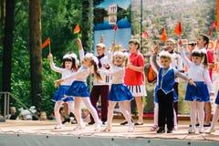 VICHUGA, RUSIA - 6 DE JUNIO DE 2015: La celebración de la ciudad de Vichuga en Rusia Los niños se realizan en trajes nacionales Foto de archivo libre de regalías