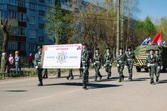 VICHUGA, RUSIA - 9 DE MAYO DE 2015: Desfile en honor de la victoria en la Segunda Guerra Mundial, Rusia Foto de archivo