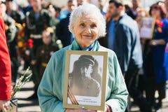 VICHUGA, RUSIA - 9 DE MAYO DE 2018: Retrato de una mujer mayor sonriente feliz en el desfile en honor de la victoria en la Segund imagen de archivo