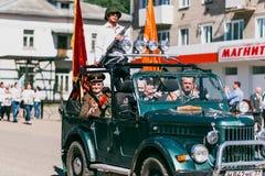 VICHUGA, RUSIA - 9 DE MAYO DE 2016: Veteranos en el coche en la marcha del regimiento inmortal y del desfile el 9 de mayo en la v Imagenes de archivo
