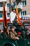 VICHUGA, RUSIA - 9 DE MAYO DE 2016: Veteranos en el coche en la marcha del regimiento inmortal y del desfile el 9 de mayo en la v Fotografía de archivo libre de regalías