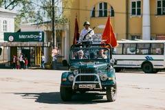 VICHUGA, RUSIA - 9 DE MAYO DE 2016: Veteranos en el coche en la marcha del regimiento inmortal y del desfile el 9 de mayo en la v Fotos de archivo libres de regalías