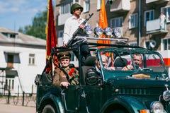 VICHUGA, RUSIA - 9 DE MAYO DE 2016: Veteranos en el coche en la marcha del regimiento inmortal y del desfile el 9 de mayo en la v Imagen de archivo
