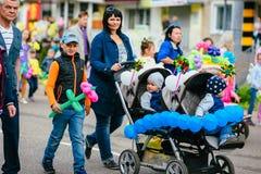 VICHUGA, RUSLAND - JUNI 24, 2017: Feestelijke optocht van mensen op de straat op de Dag van Vichuga Royalty-vrije Stock Foto's