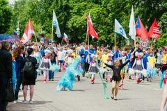 VICHUGA, RUSLAND - JUNI 24, 2017: Feestelijke optocht van mensen op de straat op de Dag van Vichuga Royalty-vrije Stock Foto