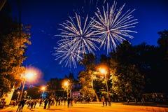 VICHUGA, RUSSIA - 24 GIUGNO 2017: Fuochi d'artificio festivi e una folla della gente al festival del giorno di Vichuga Immagini Stock Libere da Diritti