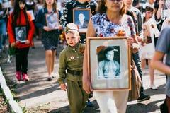VICHUGA, RUSSIA - 9 MAGGIO 2016: Reggimento immortale - la gente con i ritratti dei loro parenti, partecipanti al secondi fotografia stock