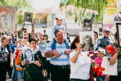 VICHUGA, RUSSIA - 9 MAGGIO 2016: Reggimento immortale - la gente con i ritratti dei loro parenti, partecipanti al secondi immagine stock