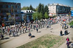 VICHUGA, RUSSIA - 9 MAGGIO 2015: Reggimento immortale - la gente con i ritratti dei loro parenti, partecipanti al secondi fotografia stock libera da diritti