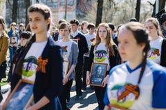 VICHUGA, RUSSIA - 9 MAGGIO 2015: Reggimento immortale - la gente con i ritratti dei loro parenti, partecipanti al secondi immagini stock