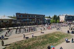 VICHUGA, RUSSIA - 9 MAGGIO 2015: Reggimento immortale - la gente con i ritratti dei loro parenti, partecipanti al secondi immagine stock