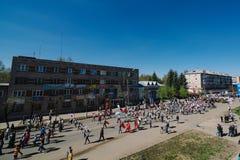 VICHUGA, RUSSIA - 9 MAGGIO 2015: Reggimento immortale - la gente con i ritratti dei loro parenti, partecipanti al secondi fotografia stock