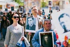 VICHUGA, RUSSIA - 9 MAGGIO 2016: Reggimento immortale - la gente con i ritratti dei loro parenti, partecipanti al secondi immagine stock libera da diritti