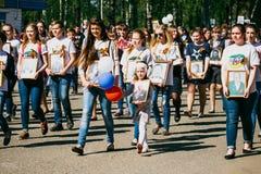 VICHUGA, RUSSIA - 9 MAGGIO 2016: Reggimento immortale - la gente con i ritratti dei loro parenti, partecipanti al secondi fotografie stock libere da diritti