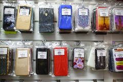 VICHUGA, RUSSIE - 21 AVRIL 2018 : Cas de téléphone portable dans un magasin de détail photo libre de droits