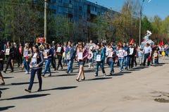 VICHUGA, RUSSIE - 9 MAI 2015 : Régiment immortel - les gens avec des portraits de leurs parents, participants au deuxième Photographie stock