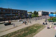 VICHUGA, RUSSIE - 9 MAI 2015 : Régiment immortel - les gens avec des portraits de leurs parents, participants au deuxième Image stock