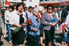 VICHUGA, RUSSIE - 9 MAI 2016 : Un vétéran de la deuxième guerre mondiale sur le défilé de jour de victoire en Russie Mars de l'im Images stock