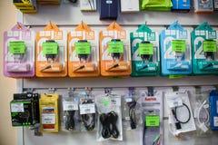 VICHUGA, RUSSLAND - 21. APRIL 2018: Kabel und Drähte für tragbare Geräte und elektrische Geräte Lizenzfreie Stockbilder