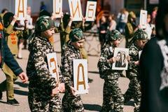 VICHUGA, RUSSLAND - 9. MAI 2016: Unsterbliches Regiment - Leute mit Porträts ihrer Verwandten, Teilnehmer an der zweite Lizenzfreie Stockfotografie