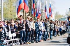 VICHUGA, RUSSLAND - 9. MAI 2015: Unsterbliches Regiment - Leute mit Porträts ihrer Verwandten, Teilnehmer an der zweite Lizenzfreie Stockfotografie