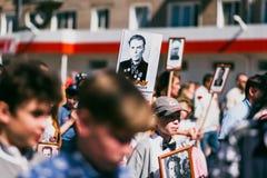 VICHUGA, RUSSLAND - 9. MAI 2016: Unsterbliches Regiment - Leute mit Porträts ihrer Verwandten, Teilnehmer an der zweite Stockfotografie